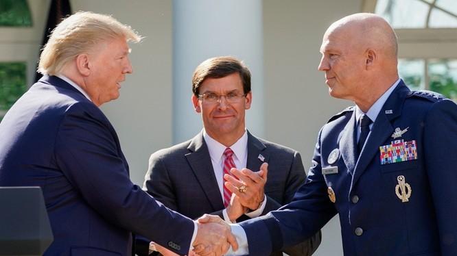 Tổng thống Donald Trump, Bộ trưởng Quốc phòng Mark Esper và tưởng John Raymond, Tư lệnh SpaceCom, (Ảnh: Đa Chiều)