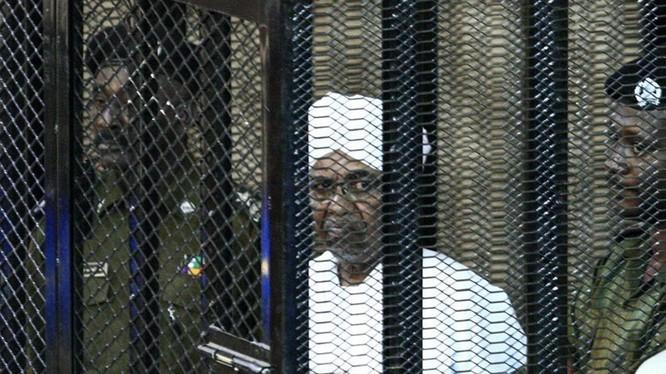 Cựu Tổng thống Sudan Omar al-Bashir ra tòa hôm 31/8 vì bị cáo buộc tội tham nhũng . (Ảnh: Exmoo)