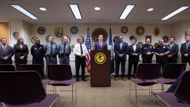 Công tố viên G. Zachary Terwilliger (giữa) thông báo về vụ án bắt giữ 30 kg Fetannyl có nguồn gốc Trung Quốc vận chuyển vào Mỹ. Ảnh: AP
