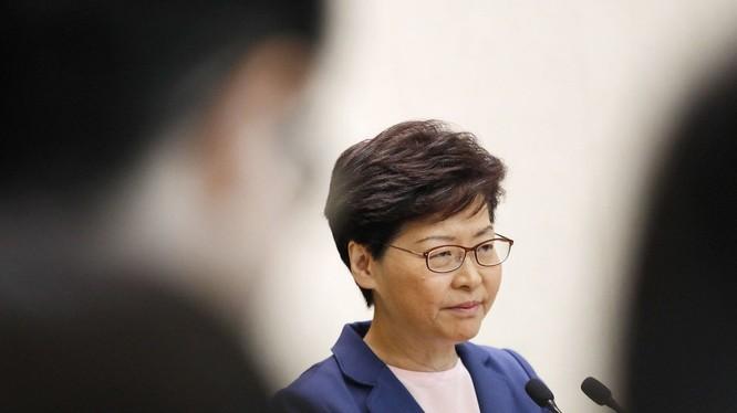 Bà Carrie Lam phát biểu trên truyền hình tuyên bố chính thức rút bỏ Luật dẫn độ Hồng Kông.