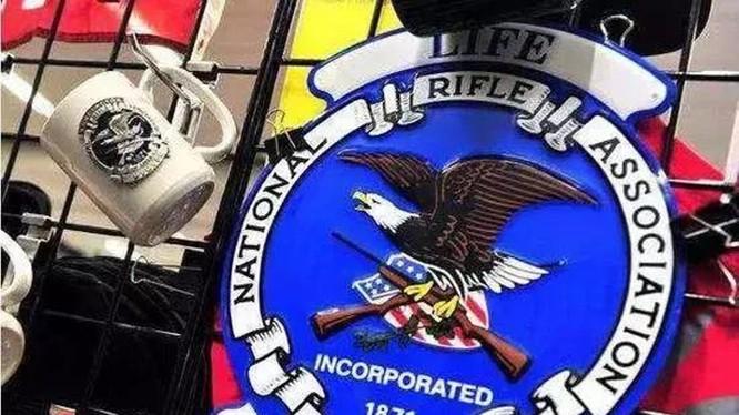 Huy hiệu của Hiệp hội súng trường quốc gia Mỹ - tổ chức bị Hội đổng thành phố San Francisco coi là tổ chức khủng bố. Ảnh: Tin hàng đầu mỗi ngày
