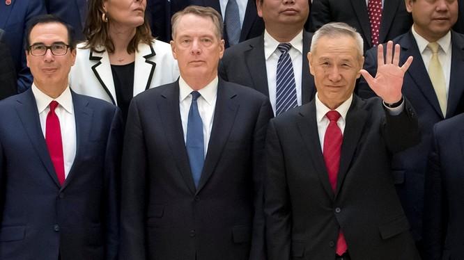 Các ông Lưu Hạc (phải) và Robert Lighthizer (giữa), Steven Mnuchin (trái) sẽ không gặp nhau trong tháng 9 như kế hoạch đã định. Ảnh: Đa Chiều