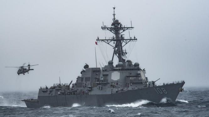 """Khu trục hạm mang tên lửa dẫn đường """"Wayne E. Meyer"""" lần thứ hai tiến hành tuần tra, áp sát các đảo thuộc chủ quyền Việt Nam hiện Trung Quốc chiếm đóng trái phép trên Biển Đông."""