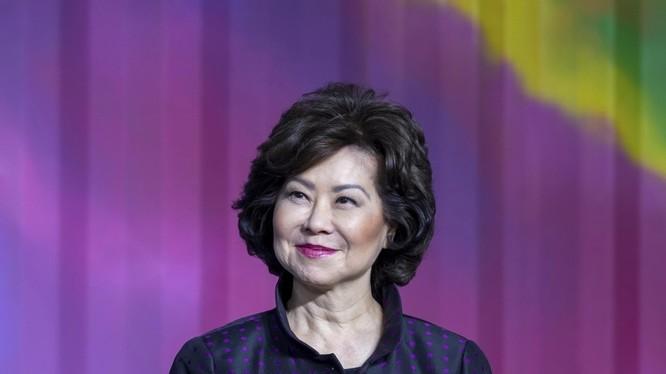 Bà Elaine Chao, Bộ trưởng Giao thông Vận tải Mỹ đang bị Ủy ban Cải cách và Giám sát Hạ nghị viện Mỹ điều tra vì bị nghi ngờ thông đồng với Trung Quốc. Ảnh: Đa Chiều