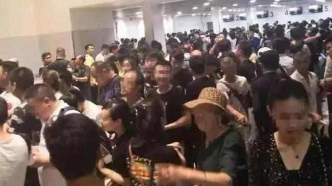 """Người Trung Quốc lũ lượt chờ đợi làm thủ tục lên máy bay rời khỏi Campuchia. Ảnh: """"Thời báo Hoàn cầu"""""""