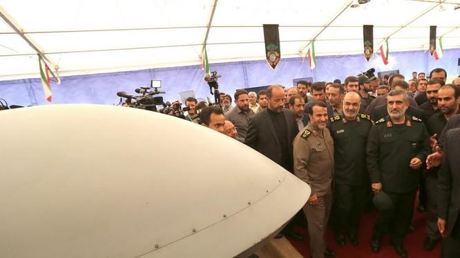 Các tướng lĩnh và quan chức Iran tham quan các hiện vật được trưng bày
