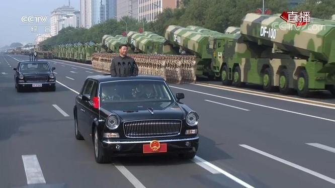 Ông Tập Cận Bình đi kiểm duyệt đội hình lực lượng tham gia diễu binh