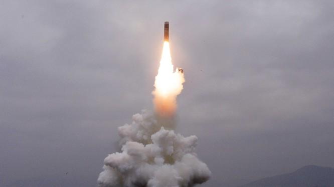 Vụ phóng tên lửa đạn đạo từ tàu ngầm của Triều Tiên đã gây rúng động dư luận quốc tế.