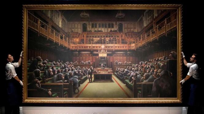 """Tác phẩm """"Devolved Parliament"""" của họa sỹ bí ẩn Banksy được bán với giá 9,8 triệu Bảng (29 tỷ VND)"""