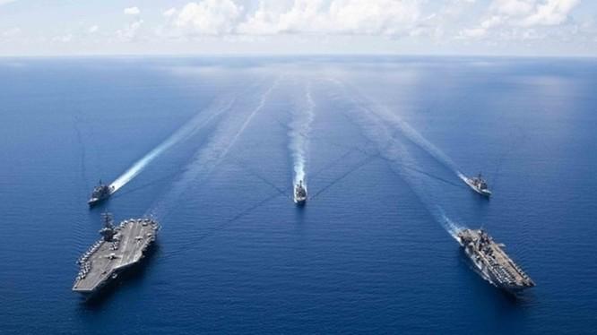 Hai nhóm tác chiến tàu sân bay và tàu đổ bộ trực thăng của Hải quân Mỹ hội quân diễn tập trên Biển Đông. Ảnh: Đông Phương.