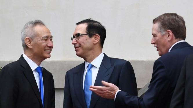 Vòng đàm phán thương mại Mỹ - Trung thứ 13 chưa bắt đầu nhưng đã có tin sẽ không đạt kết quả và Phó Thủ tướng Trung Quốc Lưu Hạc (trái) sẽ về nước sớm hơn dự kiến. Ảnh: Đa Chiều