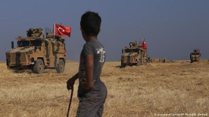 Ngày 8/10, quân đội Thổ Nhĩ Kỳ vượt biên giới vào miền Bắc Syria đánh chiếm khu vực do người Kurd kiểm soát. Ảnh: AP.