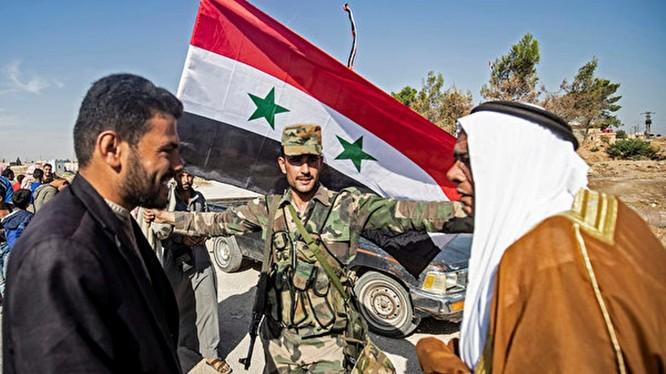 Ngày 14/10, dân chúng thị trấn Tal Tamr ở miền Bắc Syria vui mừng đón quân đội chính phủ tiến vào. Ảnh: AFP.