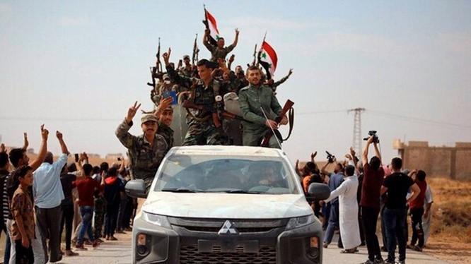 Việc Mỹ rút khỏi Đông Bắc Syria đã khiến lực lượng người Kurd quay sang liên minh với chính phủ Syria để chống lại cuộc xâm lược của Thổ Nhĩ Kỳ. Ảnh: dân chúng người Kurd vui mừng chào đón quân đội chính phủ tiến vào thành phố.