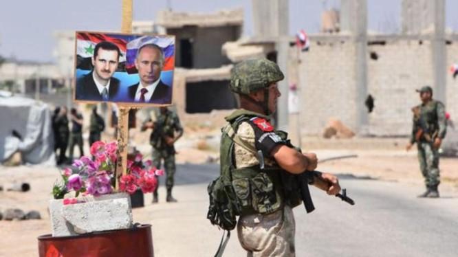 Ngày 15/10, quân đội Nga đã tiến vào chiếm giữ các thành phố ở Bắc Syria sau khi quân Mỹ rút. Ảnh: quân cảnh Nga ở Manbij.