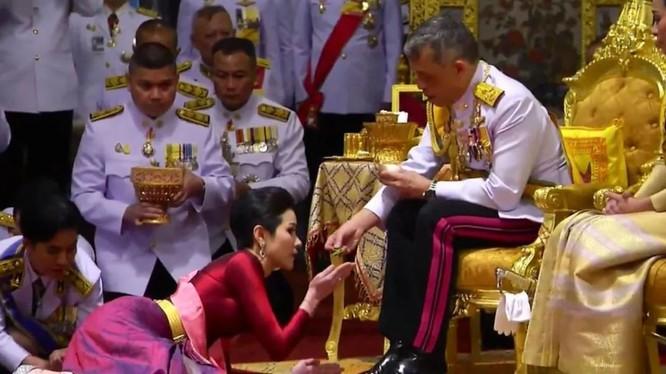 """Hình ảnh bà Sineenat Wongvajirapakdi được Quốc vương Thái Lan sắc phong làm """"Hoàng quý phi"""" ngày 28/7/2019."""