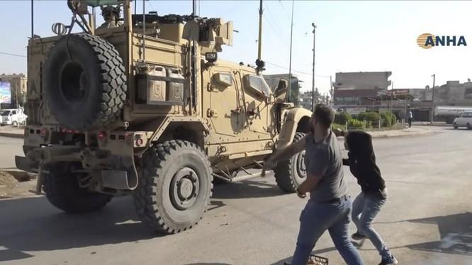 Dân chúng người Kurd ở thành phố Qamishli miền bắc Syria ném đất đá, khoai tây vào quân Mỹ khi họ rút đi