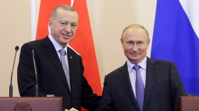 Tổng thống Nga Putin và Tổng thống Thổ Nhĩ Kỳ Erdogan vui mừng bắt tay nhau sau khi thỏa thuận Sochi Nga - Thổ Nhĩ Kỳ về Syria được ký kết