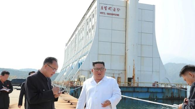 Nhà lãnh đạo Kim Jong-un tới kiểm tra Khu du lịch núi Kumgang nằm gần biên giới Triều Tiên - Hàn Quốc ngày 23/10.