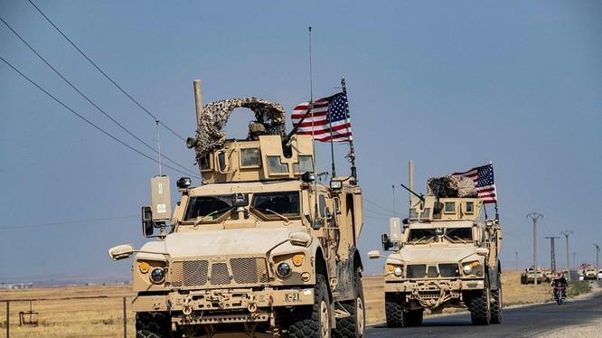"""Đoàn xe của quân đội Mỹ vượt qua biên giới Iraq tiến vào Đông Bắc Syria để """"bảo vệ các mỏ dầu""""."""