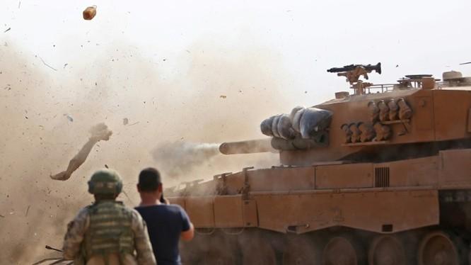 Xe tăng quân đội Thổ Nhĩ Kỳ nã đạn vào quân đội chính phủ Syria trong vụ đụng độ ngày 29/10.