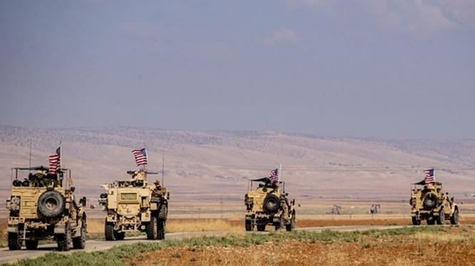 Đoàn xe treo cờ Mỹ tiến hành tuần tra ở khu vực tiền tuyến phía bắc Al-Qahtaniyah gần biên giới Syria - Thổ Nhĩ Kỳ hôm 31/10. Ảnh: Đông Phương.