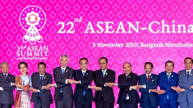 Hội nghị cấp cao các nước ASEAN đã ra tuyên bố bày tỏ quan ngại về vấn đề Biển Đông và cáo buộc Trung Quốc tiến hành các hoạt động quân sự ở Biển Đông.