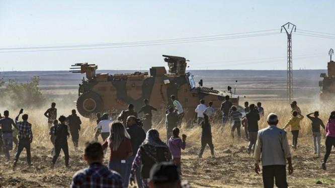 Sau hai cuộc đầu thuận lợi, đến cuộc tuần tra chung thứ ba, đoàn xe của quân cảnh Nga và lính biên phòng Thổ Nhĩ Kỳ đã bị người Kurd ở biên giới Syria dùng đất đá tấn công.