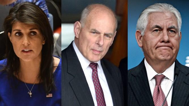 Trong cuốn hồi ký của mình, bà Nikki Haley (trái) đã tiết lộ cựu Ngoại trưởng Rex Tillerson (phải) và cựu Chánh văn phòng Nhà Trắng John Kelly (giữa) đã tìm cách lôi kéo bà theo họ chống lại Tổng thống Donald Trump.