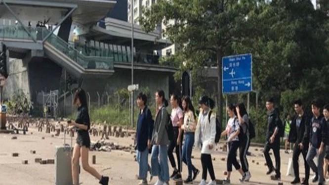 Ngày 12/11, Trung Quốc bắt đầu tổ chức di tản sinh viên Đại Lục đang học trong các trường đại học ở Hồng Kông sang Thâm Quyến. Ảnh: Đa Chiều.