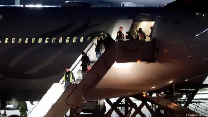 Chuyên cơ đưa gia đình 7 người Đức là thành viên IS từ Thổ Nhĩ Kỳ về sân bay Tegel, Berlin hôm 14/11.