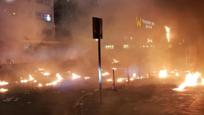 Đường Nathan ở Yau Ma Tei đêm 18/11 lửa cháy ngút trời. Ảnh: Đông Phương.