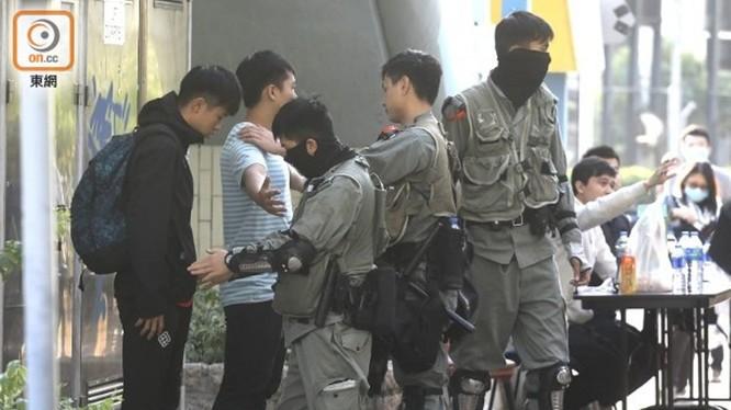 Sáng nay đã có khoảng 600 người biểu tình cố thủ trong trường Đại học Bách Khoa Hồng Kông ra đầu hàng cảnh sát. Ảnh: cảnh sát khám xét và đăng ký những người ra đầu hàng. Ảnh: Đông Phương.