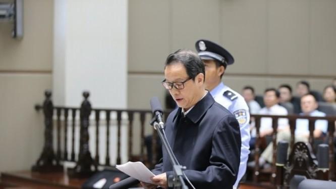 Hạng Tuấn Ba, Chủ tịch Ủy ban Quản lý giám sát bảo hiểm Trung Quốc (CIRC) có 21 người tình, bị mất chức vì bị người tình tố giác, nhận tội trước tòa.