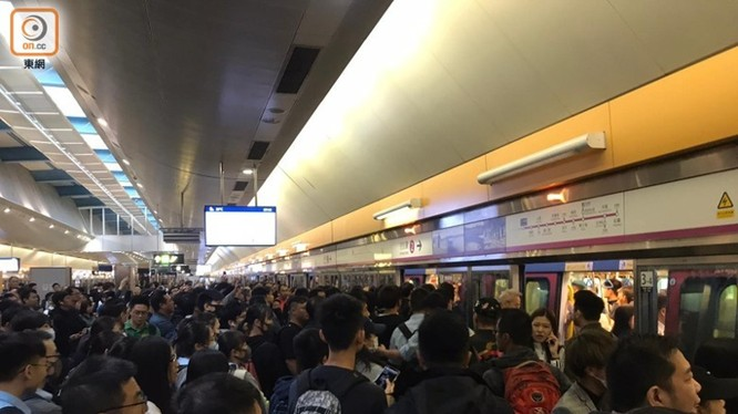 Hôm nay các nhà ga, bến tàu ở Hồng Kông đều chật cứng người khi hoạt động trở lại. Ảnh: Đông Phương.