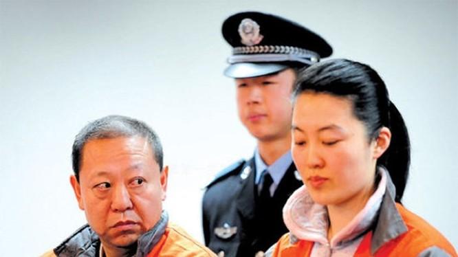 Từ Đại hội 18 Đảng Cộng sản Trung Quốc đến nay, gần một nửa trong số hơn 100 quan chức cấp tỉnh, bộ bị mất chức liên quan đến chuyện bê bối tình ái. Ảnh: quan tham Diêm Vĩnh Hỉ và người tình Mao Húc Đông trước tòa.