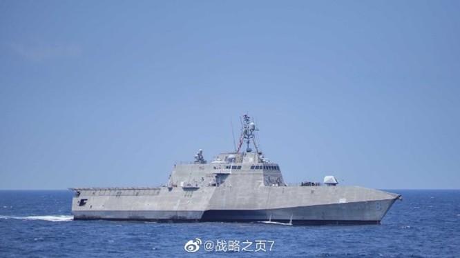 Ngày 20 tháng 11, tàu LCS Gabrielle Giffords đã đi vào vùng nước bên trong 12 hải lý xung quanh đảo nhân tạo Vành Khăn (Mischief Reef) trong quần đảo Trường Sa thuộc chủ quyền Việt Nam mà Trung Quốc đã chiếm giữ và tôn tạo trái phép.