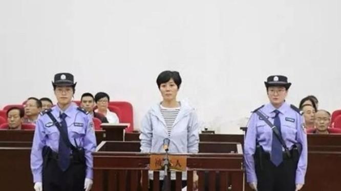 Khương Bảo Hồng - nữ Thị trưởng Vũ Uy, Cam Túc thăng quan nhờ lên gường với 40 quan trên bị ra tòa vì tội nhận hối lộ.