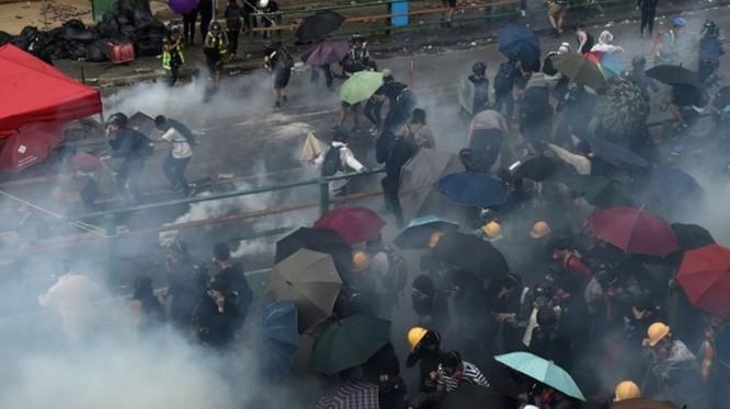 Trong 5 tháng diễn ra biểu tình, cảnh sát Hồng Kông đã bắn khoảng 10.000 quả đạn hơi cay cùng 19 viên đạn thật, 4.800 viên đạn cao su,làm hơn 2.600 người bị thương, đã bắt giữ hơn 5.800 người...