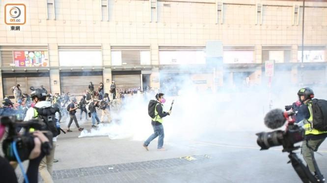 Sau một tuần yên tĩnh, các cuộc biểu tình và xung đột bạo lực lại tái diễn trên đường phố Hồng Kông. Ảnh: Đông Phương.