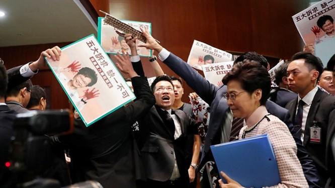 Các nghị sĩ phe đối lập trong Hội đồng lập pháp Hồng Kông chính thức đề xuất nghị án luận tội bà Carrie Lam.