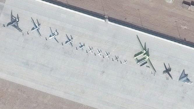 Ảnh vệ tinh cho thấy dãy các máy bay không người lái của Trung Quốc xếp hàng trên đường băng căn cứ Malan ở Tân Cương. Ảnh: Đa Chiều