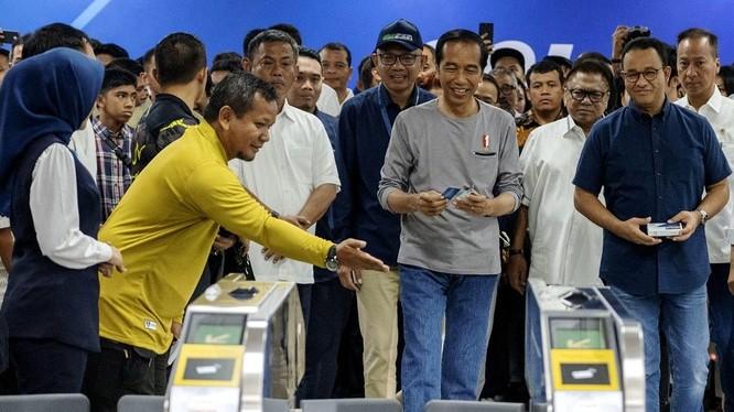 Tổng thống Widodo đến thị sát công trình tàu điện ngầm đầu tiên ở Indonesia do Nhật giúp xây dựng.