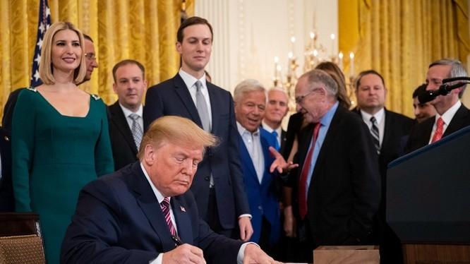 Tổng thống Donald Trump đã ký Hiệp định thương mại Mỹ - Trung giai đoạn đầu. Ảnh: AP/Đa Chiều.