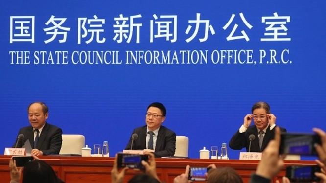 Các quan chức Trung Quốc tham gia cuộc họp báo nửa đêm 13/12 thông báo kết quả thỏa thuận với Mỹ về hiệp định thương mại giai đoạn đầu.