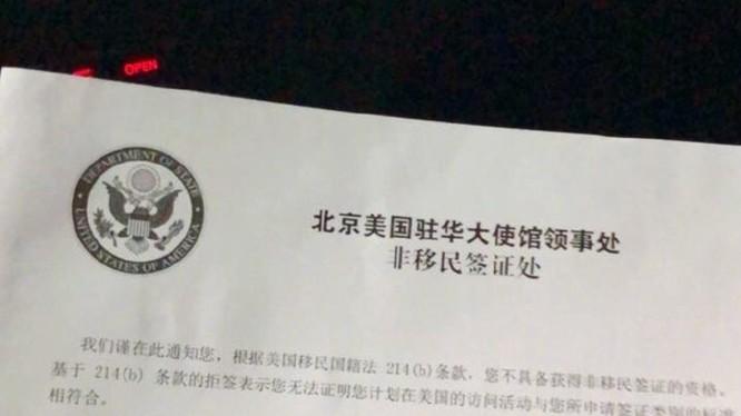Thông báo từ chối cấp visa cho ông Hách Quân Thạch của Đại sứ quán Mỹ tại Trung Quốc . Ảnh: Đa Chiều.
