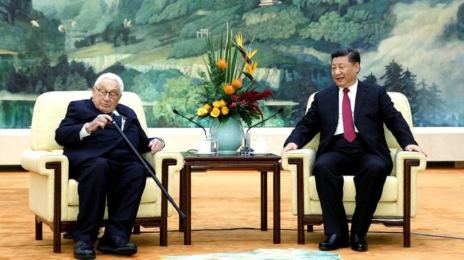 Chủ tịch Tập Cận Bình khi tiếp cựu Ngoại trưởng Mỹ Henry Kissinger đã nhắn gửi tới Donald Trump thông điệp ủng hộ ông Trump tiếp tục nắm quyền. Ảnh: Đa Chiều.