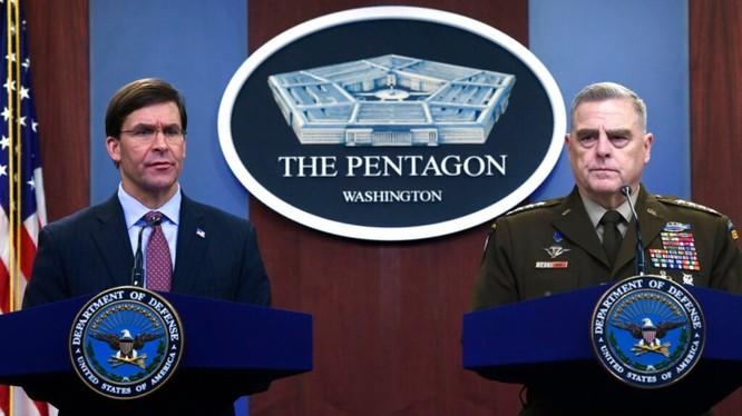Bộ trưởng Quốc phòng Mỹ Mark Esper và Chủ tịch Hội đồng Tham mưu trưởng liên quân Mark Milley họp báo đe dọa gây chiến tranh chống Triều Tiên. Ảnh: Đa Chiều.