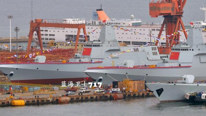 Hai tàu khu trục Type 055 có lượng giãn nước 12 ngàn tấn được hạ thủy.
