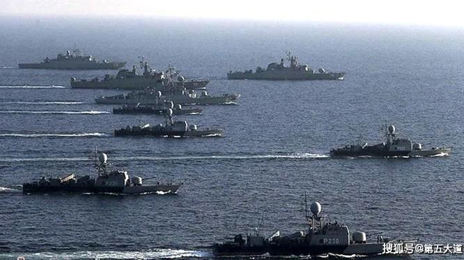 """Từ ngày 27 đến 30/12 cuộc tập trận hải quân chung lần đầu tiên giữa Trung Quốc, Nga và Iran đã diễn ra. Phía sau sự kiện này là sự xuất hiện của mô hình hợp tác quân sự mới """"Trung Quốc, Nga +""""."""